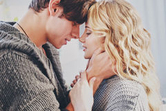 Homme attirant et femme embrassant dans la caresse de chambre à coucher ensemble mignonne photo libre de droits