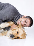 Homme attirant et son animal familier Photos stock