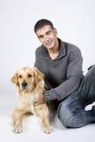 Homme attirant et son animal familier Image stock