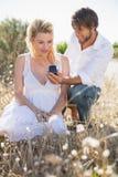 Homme attirant proposant à son amie dans le pays Photos libres de droits