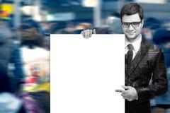 Homme attirant retenant le signe blanc blanc Photos stock