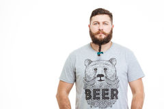 Homme attirant sérieux avec la petite tresse sur sa barbe Image libre de droits