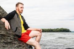 Homme attirant sur la plage Photographie stock libre de droits