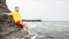 Homme attirant sur la plage Photographie stock