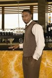 Homme au bar. Image libre de droits