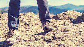 Homme au bord d'une falaise Photo stock
