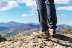 Homme au bord d'une falaise Image libre de droits
