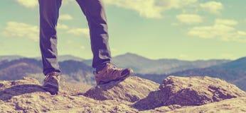 Homme au bord d'une falaise Photos libres de droits