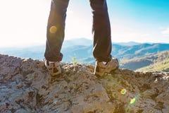 Homme au bord d'une falaise Photographie stock libre de droits