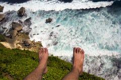 Homme au bord de la falaise Image stock