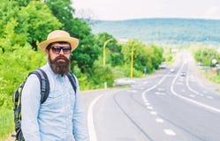 Homme au bord de la route recherchant le transport Sur la route Faisant de l'auto-stop le transport de moyens qui a gagné demande photo libre de droits