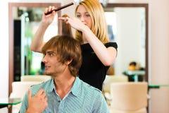 Homme au coiffeur Image stock