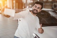 Homme au concessionnaire automobile photos stock
