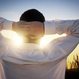 Homme au coucher du soleil images stock