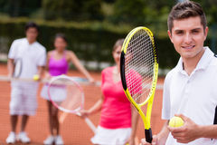 Homme au court de tennis Photo stock
