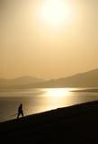 Homme au lever de soleil Images stock