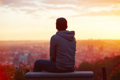 Homme au lever de soleil Photos stock