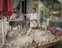 Homme au magasin de poissons, Bronx, New York Photographie stock