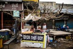 Homme au marché en plein air comme vu dans l'Inde photos stock