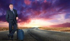 Homme au milieu de la route Images libres de droits