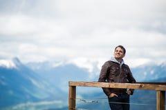 Homme au point de vue dans les montagnes Heureux et sourire, regardant au ciel Images stock