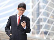 Homme au téléphone intelligent - jeune homme d'affaires Profession urbaine occasionnelle Photographie stock libre de droits