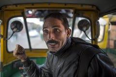 Homme automatique indien de chauffeur de taxi de tuk-tuk de pousse-pousse Photographie stock libre de droits
