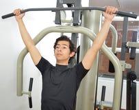 Homme aux exercices de muscles pectoraux de coffre Photos stock