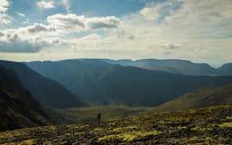 Homme aux montagnes du nord pendant l'été Photo stock