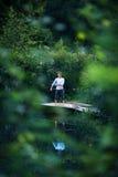Homme aux pieds nus avec la bille et sa réflexion Photo libre de droits