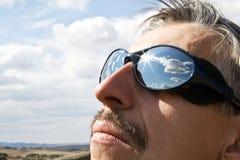 Homme aux points de montagne avec la réflexion Images libres de droits