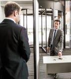 Homme aux portes de sécurité dans les aéroports Photographie stock libre de droits