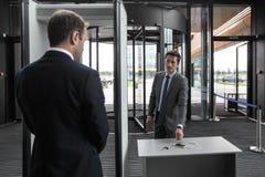 Homme aux portes de sécurité dans les aéroports Images libres de droits