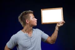 Homme avec annoncer le panneau images libres de droits