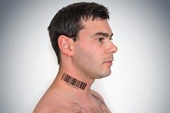 Homme avec code barres sur son cou - concept génétique de clone Photographie stock libre de droits