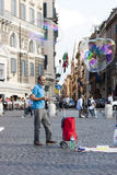 Homme avec de grandes bulles de savon Image libre de droits