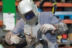 Homme avec de l'acier de soudure de casque de soudure images libres de droits