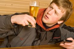 Homme avec de la bière et l'ordinateur portatif Images libres de droits