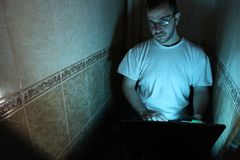 Homme avec dedans une salle foncée Photo libre de droits