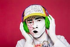 Homme avec des écouteurs écoutant la musique Photo stock