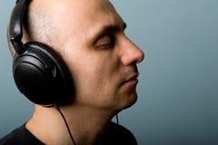 Homme avec des écouteurs. Photos stock