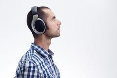 Homme avec des écouteurs Image stock