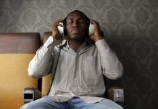 Homme avec des écouteurs Photos stock