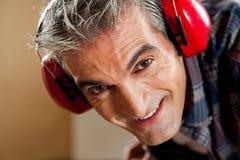 Homme avec des écouteurs Photographie stock