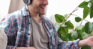 Homme avec des écouteurs jouant Air guitar banque de vidéos