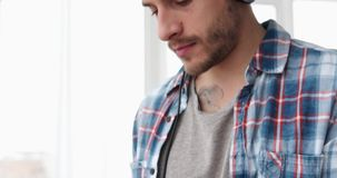 Homme avec des écouteurs utilisant l'appli de téléphone portable clips vidéos