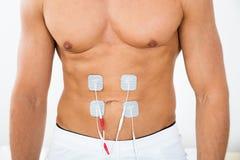 Homme avec des électrodes sur l'estomac Photo libre de droits