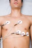 Homme avec des électrodes sur le coffre Image stock