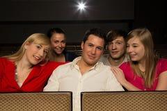 Homme avec des amis dans un cinéma Photo stock