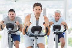 Homme avec des amis sur des vélos d'exercice Photo libre de droits
